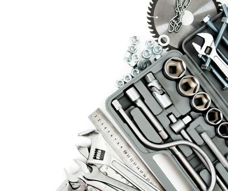 Metallbearbeitungswerkzeuge. Metallarbeiten. Box, Säge, Schraubenschlüssel und andere Werkzeuge auf weißem Hintergrund. Standard-Bild - 38046612