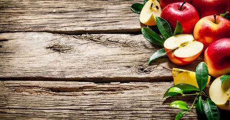 신선한 빨간 사과 나무 테이블에 녹색 잎 스톡 콘텐츠