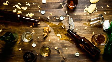 Beer partij. In het proces van de partij - gemorst bier, doppen en overgebleven chips op de tafel. bovenaanzicht