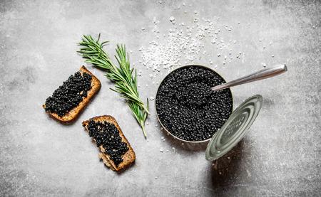 돌 테이블에 검은 색 캐 비어와 샌드위치와 항아리. 평면도