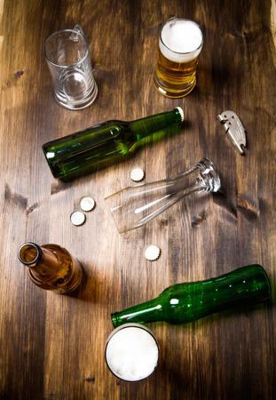 나무 테이블에 카오스 맥주입니다. 병 및 맥주 잔