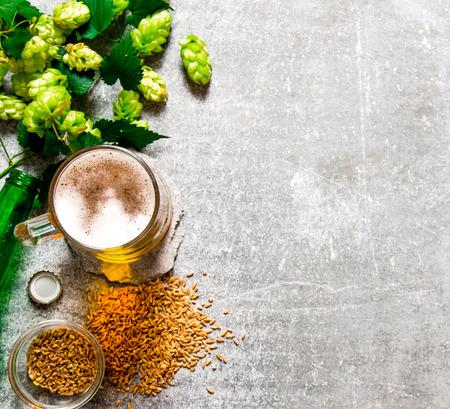 Bier, grünen Hopfen und Malz auf einer Steinoberfläche. Aufsicht Standard-Bild - 50361674