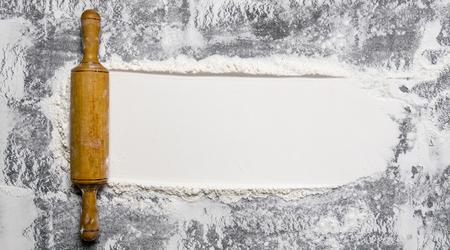 Le rouleau à pâtisserie avec de la farine sur un fond de pierre. Banque d'images - 50356459
