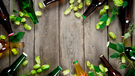 맥주와 녹색 홉. 나무 테이블에. 평면도 스톡 콘텐츠