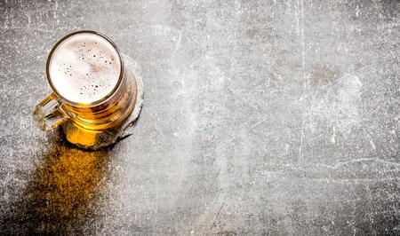 오래 된 돌 표면에 유리에 맥주. 평면도 스톡 콘텐츠