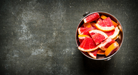 pan tropical: Cut the grapefruit in the bucket. On the stone table.