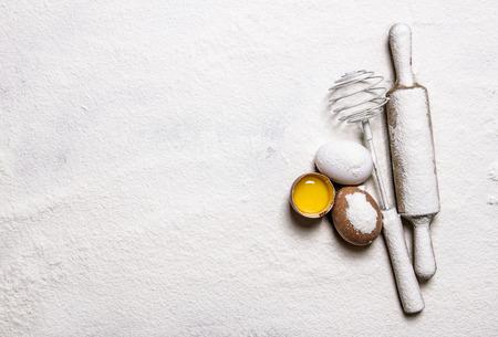 nudelholz: Zubereitung des Teiges. Eier mit venicom und Rollenstift in Mehl. Freier Platz für Text. Aufsicht