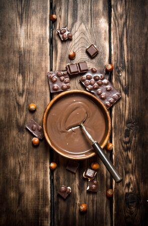 견과류와 초콜릿 크림입니다. 나무 테이블에. 스톡 콘텐츠