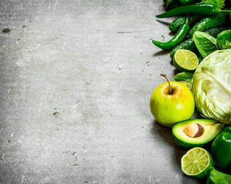 야채와 과일. 돌 테이블에.