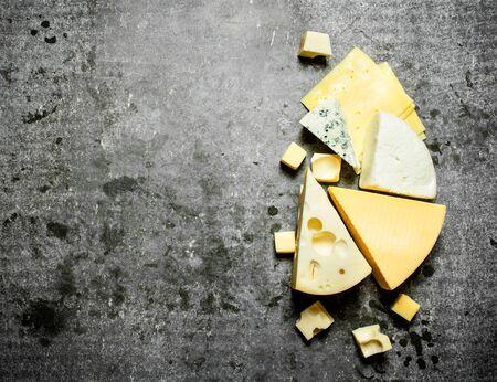 チーズ風味の作品。石のテーブル。
