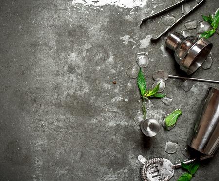 민트 잎과 칵테일 셰이 커를 설정합니다. 돌 테이블에.