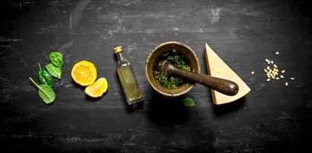 이탈리아 pesto 재료. 검은 나무 테이블에. 스톡 콘텐츠