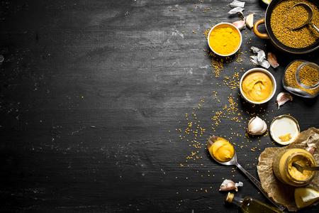 Ingrédients pour la fabrication de moutarde. Sur un tableau noir. Banque d'images - 64715408