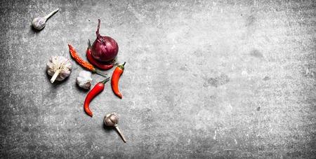 Frische Gewürze, Zwiebeln und Knoblauch. Auf einem Stein Hintergrund. Standard-Bild - 67095845