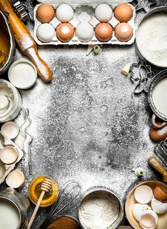 Sfondo di cottura. Telaio da una varietà di ingredienti per la cottura. Su fondo rustico Archivio Fotografico - 72586033