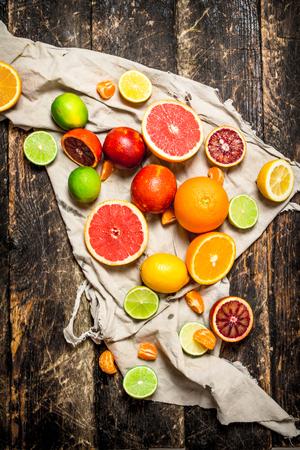감귤류 배경입니다. 오래 된 직물에 감귤 류의 과일입니다. 나무 배경에.