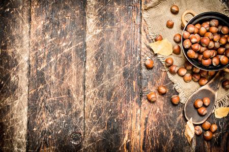 Hazelnoten in een kom. Op houten achtergrond. Stockfoto