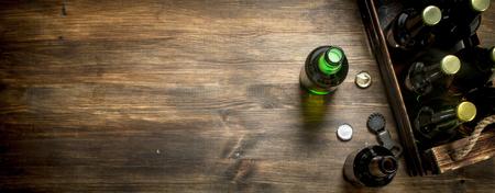 Kiste frisches Bier. Auf einem Holztisch. Standard-Bild - 92822531