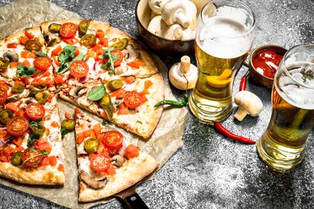 Pizza mexicaine avec de la bière froide. Sur un fond rustique. Banque d'images - 92823297
