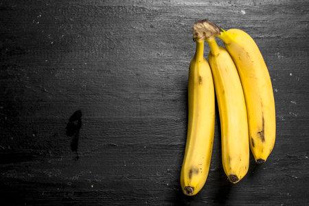 bunch of ripe bananas. On the black chalkboard. Standard-Bild