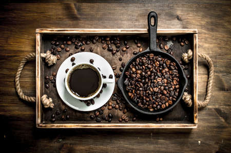 Fresh coffee in a cup of grilled coffee. On a wooden table. Archivio Fotografico