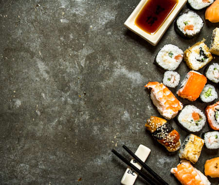 Sushi rolls with seafood and soy sauce. On the stone table. Banque d'images