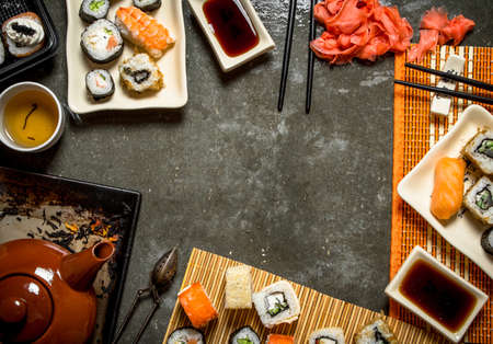 Japanese food. Fragrant tea , sushi and rolls with pickled ginger and soy sauce. Banque d'images