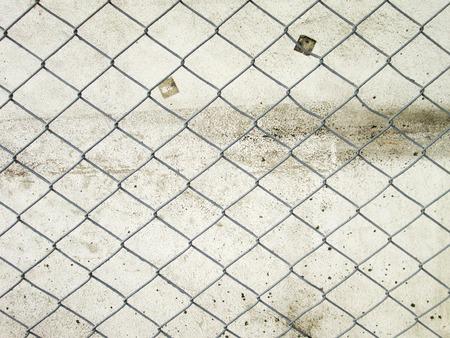 detained: Malla con las viejas paredes Foto de archivo
