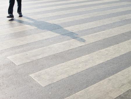 paso de cebra: Al otro lado del paso de peatones Foto de archivo