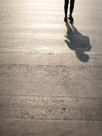 senda peatonal: Estructura del paso de peatones con la persona