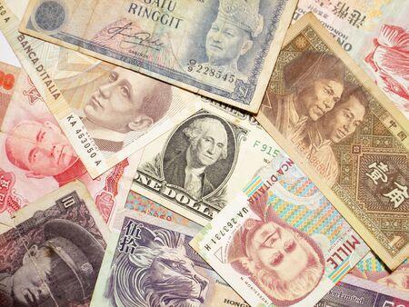 Eine Sammlung von verschiedenen Währungen aus Ländern rund um den Globus