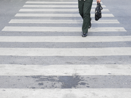 senda peatonal: Al otro lado del paso de peatones Foto de archivo