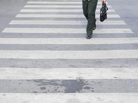paso peatonal: Al otro lado del paso de peatones Foto de archivo