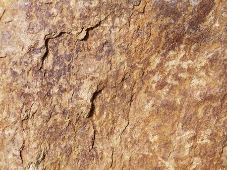 firmeza: Piedra marr�n oscuro con grietas en la superficie