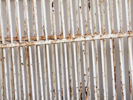 puertas de hierro: puertas de hierro con �xido de edad Foto de archivo