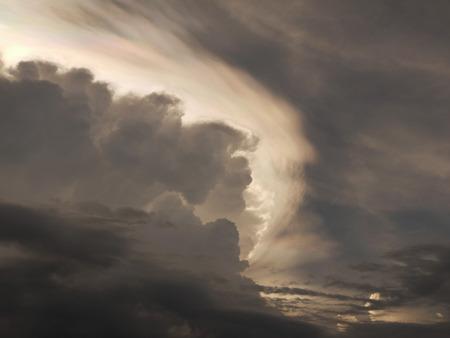 深い灰色の雲の曇り空。嵐雲