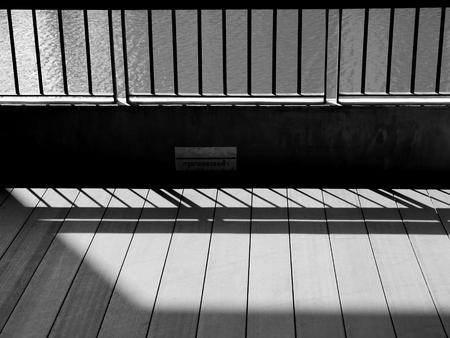 rejas de hierro: Un primer plano de vista de una barras de hierro celdas de la cárcel que echan sombras en el piso la cárcel con copia espacio Foto de archivo