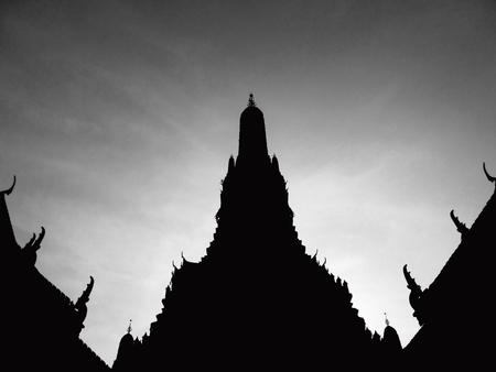 Landmark of bangkok Temple of Wat Arun, Bangkok, Thailand ( black and white silhouette style ) Lizenzfreie Bilder