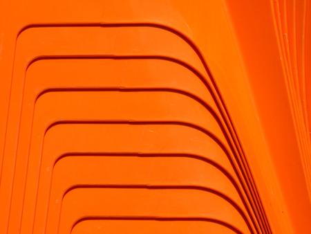 오렌지 플라스틱 의자 패턴의 더미