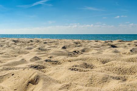 Sandstrand von der Küste entfernt Standard-Bild - 67409195