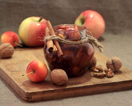 Sok z jabłek i orzechy włoskie z cynamonu deskami.
