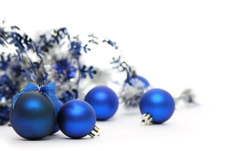 Blue Christmas balls and tinsel isolated on a white background. Standard-Bild