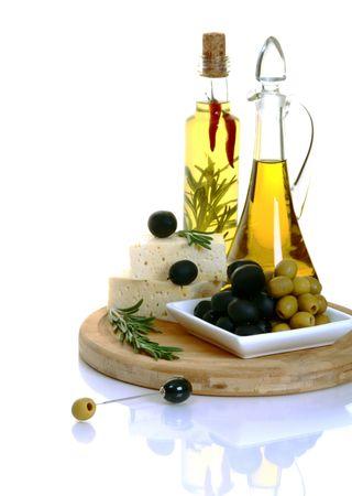 Feta, oliwki czarne i oliwek zielonych z rosemary na białym tle.