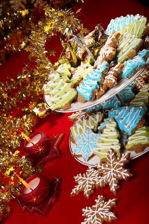 galletas de jengibre:  Galletas de jengibre de Navidad sobre una mesa decoraci�n con oropel y velas