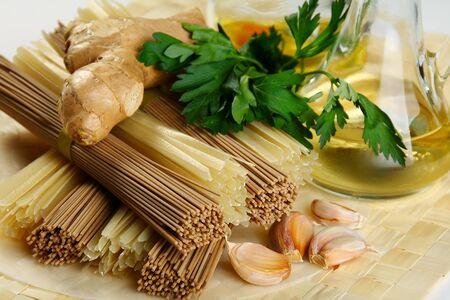 Makaron gryka i ryżu, imbir i przypraw. Zdjęcie Seryjne