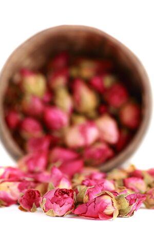 Herbata z pąkami herbaty Róża samodzielnie na białym tle.
