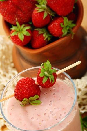 Milkshake with strawberries and fresh berries in a ceramic dish.  Zdjęcie Seryjne