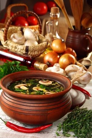Zupa grzybowa ceramiczne puli na drewnianych tabeli.