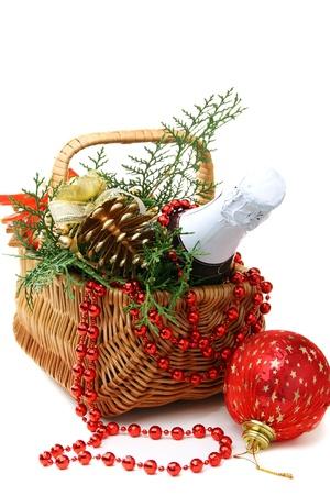 Koszyk z Nowy Rok prezentów i zabawek na białym tle.