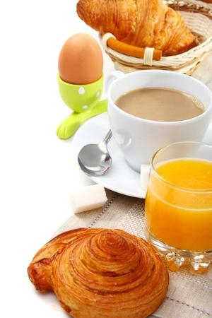 Pyszne śniadanie z rogalikami, kawa i sok pomarańczowy.